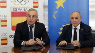 Alejandro Blanco y Carlos Daniel Casares durante la firma del...