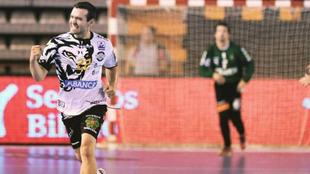 El extremo izquierdo Carrillo celebra un gol con el Ademar /