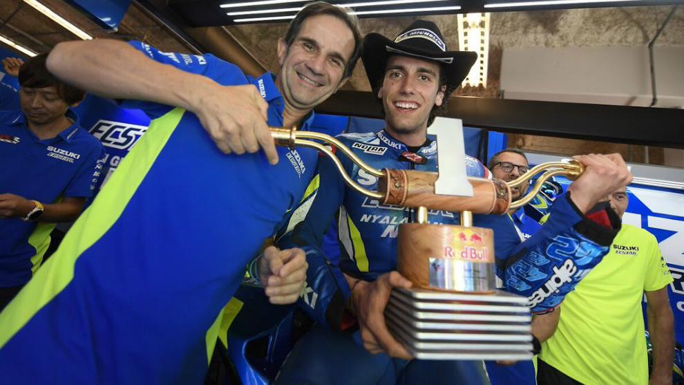 Álex Rins y Davide Brivio.