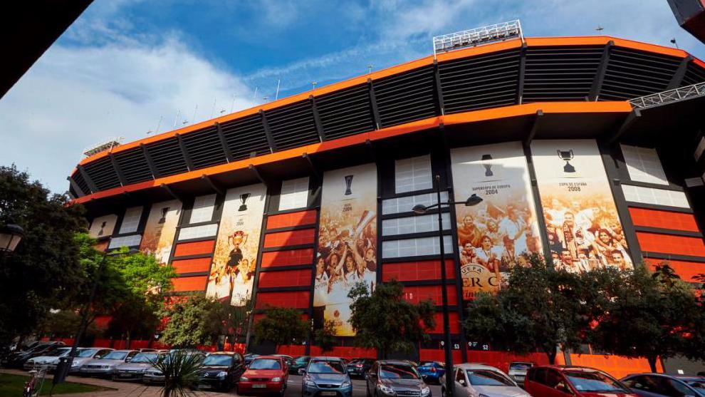 Fachada del estadio de Mestalla en la calle Juan Reglá.