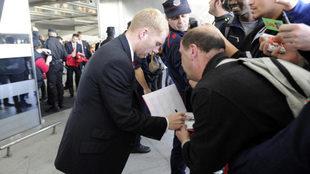 Scholes firma autógrafos en el aeropuerto de Bilbao.