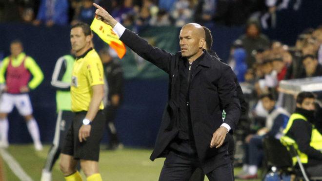 Zinedine Zidane giving out instructions at Leganés.