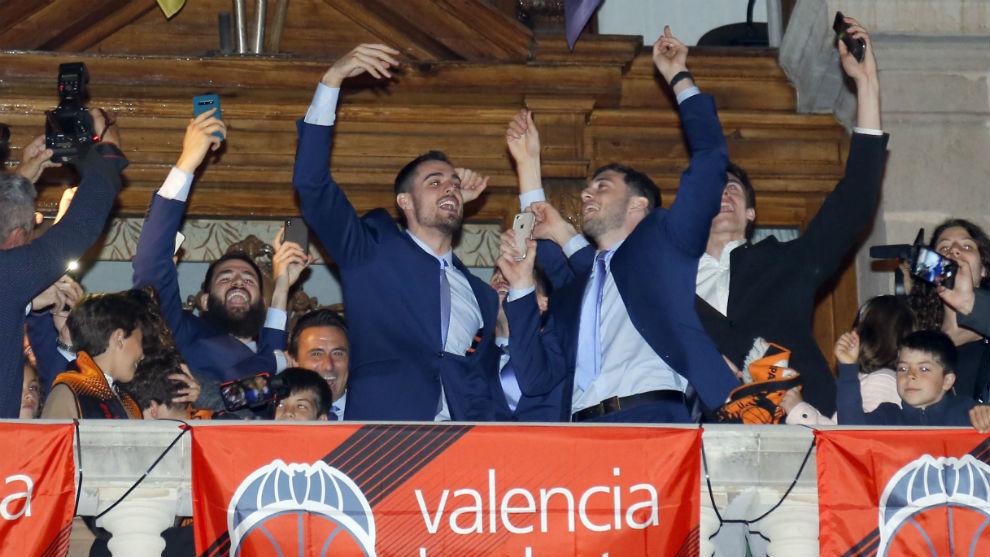 Los jugadores del Valencia Basket celebran el triunfo en la Eurocup...
