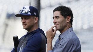 Andy Green (Izquierda) y AJ Preller observan una práctica.