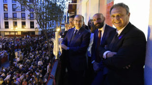 El presidente Castro, Monchi y Caparrós, en un balcón viendo Semana...