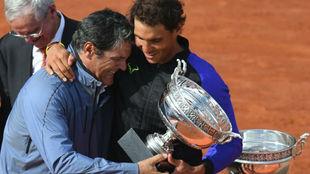 Toni Nadal, con Rafa tras ganar un Roland Garros.
