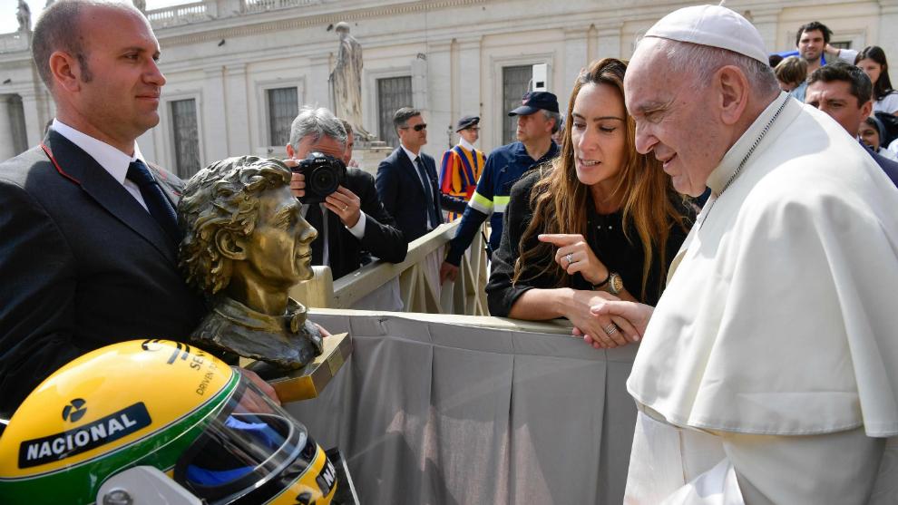 El Papa Francisco recibe la escultura y el casco de Senna.