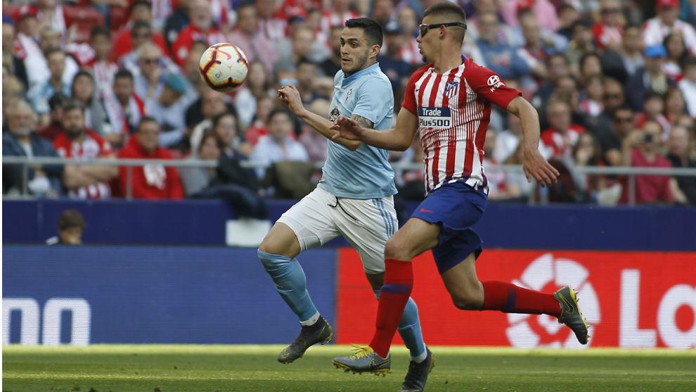 Montero disputa un balón con Maxi Gómez ante el Celta.