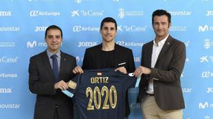Carlos Ortiz, en el medio, tras renovar con Inter Movistar