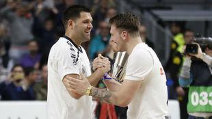 Luka Doncic se saluda con Felipe Reyes.