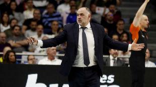 Pablo Laso hace un gesto de extrañeza durante el partido ante el...