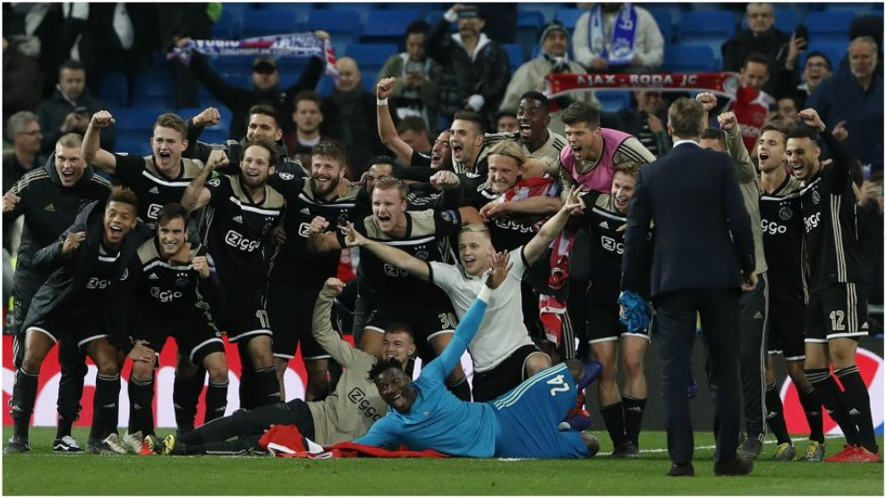 Los jugadores del Ajax celebran su pase contra el Real Madrid.