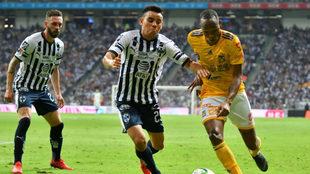 Rodríguez y Quiñones luchan por el balón.