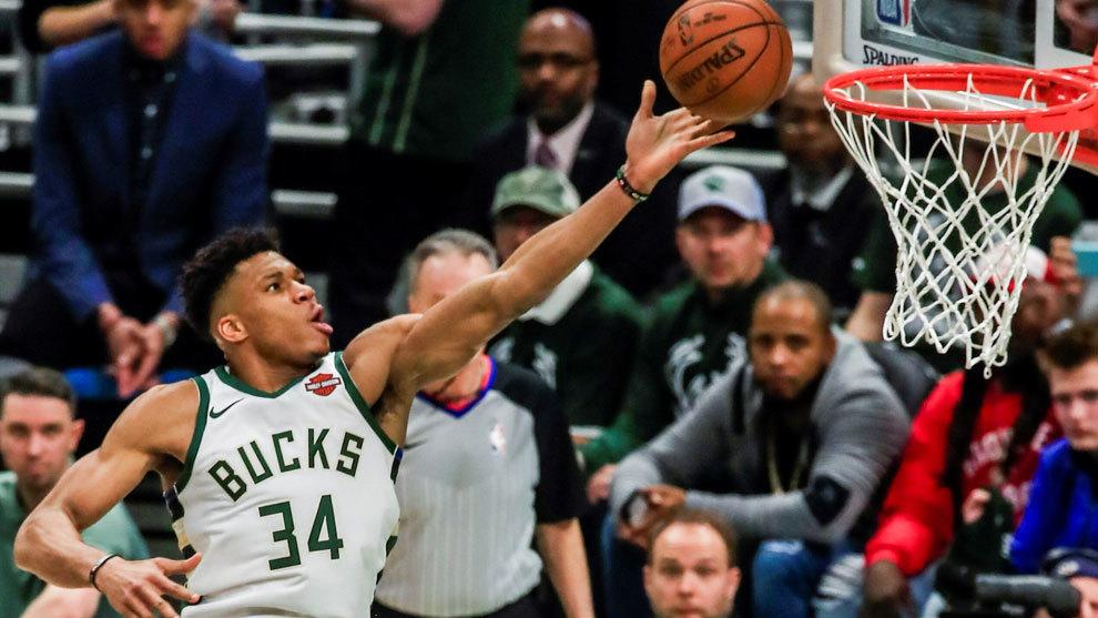 Antetokounmpo deja el balón en la canasta de los Pistons