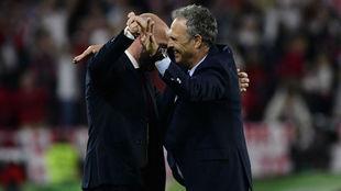 Monchi y Caparrós se abrazan tras el derbi.