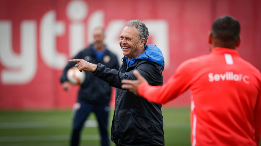 Caparrós, sonriente en el entrenamiento de este jueves.