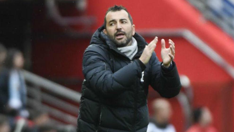 Diego Martínez anima a sus jugadores durante un partido.