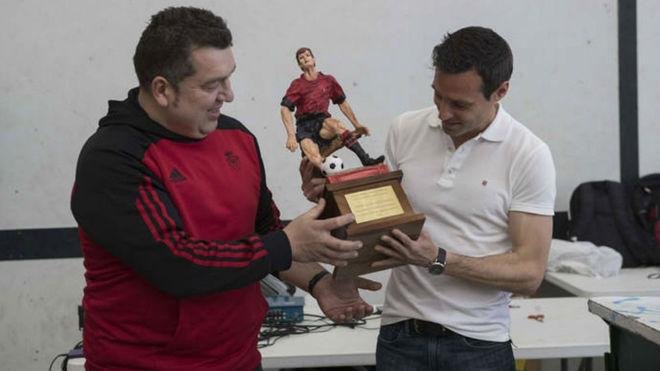 Momento de la entrega del trofeo