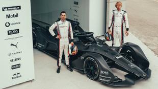 Los pilotos Neel Jani y Brendon Hartley con el monoplaza de Fórmula E...