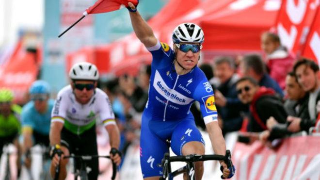 Fabio Jakobsen celebra su triunfo.
