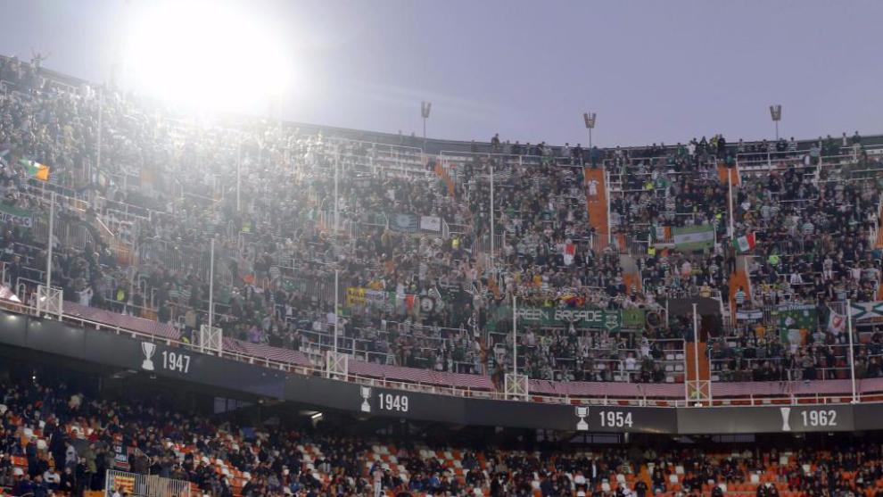 Aficionados del Celtic en la grada visitante de Mestalla.