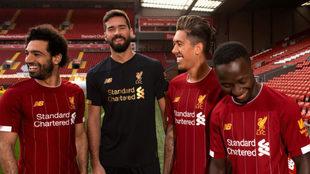 Salah, Alisson, Firmino y Mané posan con la nueva camiseta del...