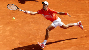 Djokovic devuelve un servicio a Fritz