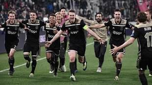 Los jugadores del Ajax celebran el pase a semifinales de la Champions.