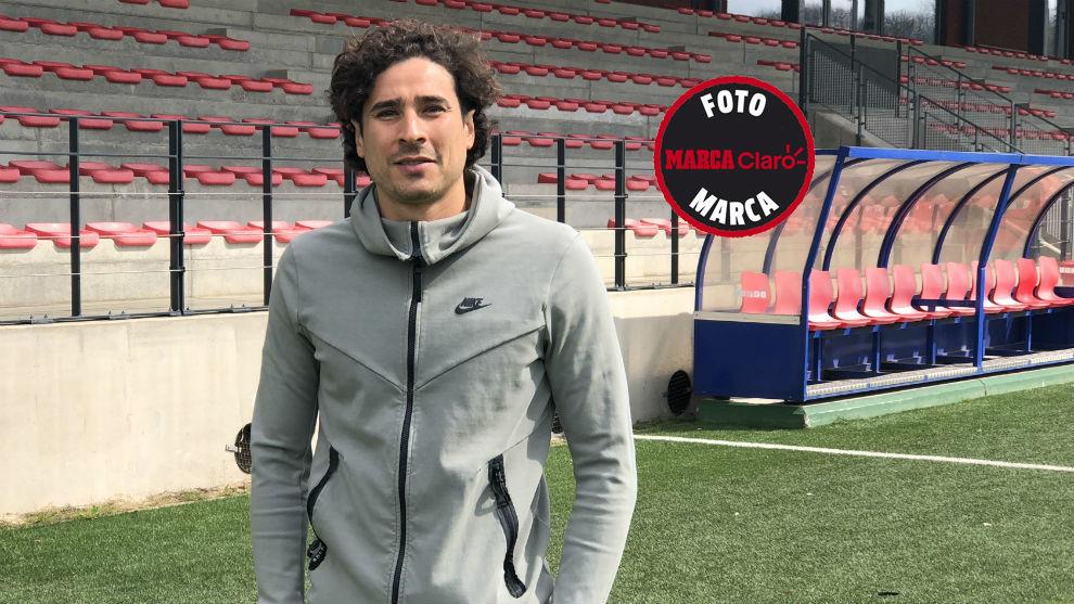 Memo Ochoa posa para MARCA Claro en el campo de entrenamiento del...