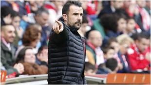 López Garai gesticula durante un partido para dar órdenes a sus...