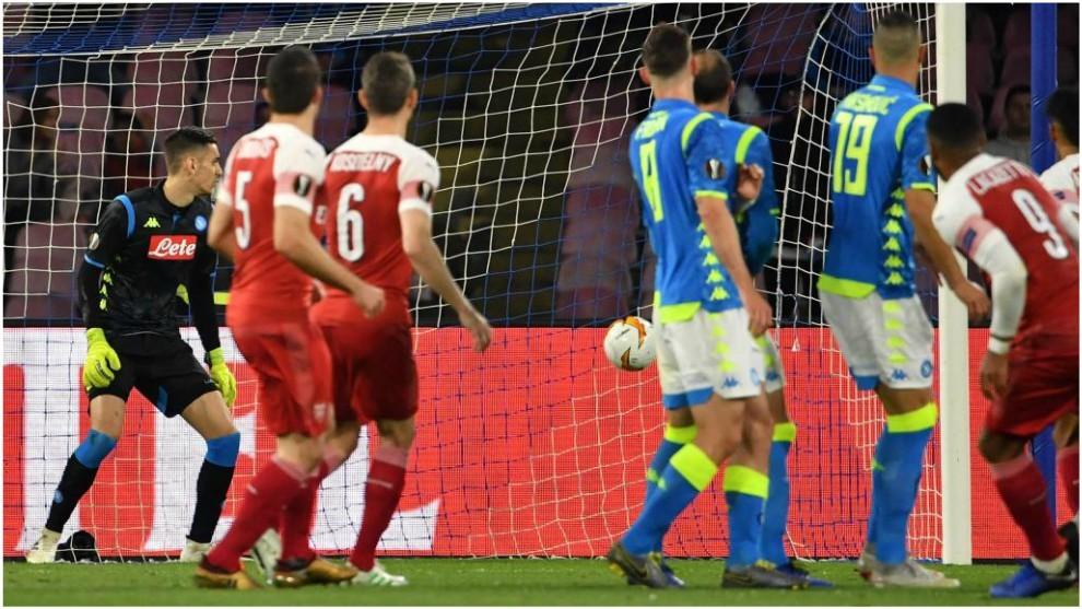 Lacazette marca, de falta, el gol del Arsenal.