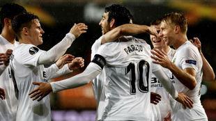 Los jugadores del Valencia celebrando el gol de Parejo.