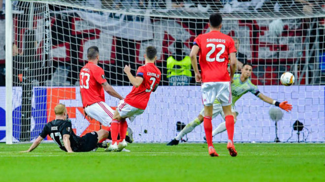 Rode make it 2-0 to Eintracht.