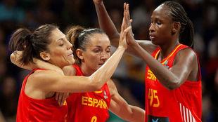 Cristina Ouviña, Laia Palau y Astou Ndour durante el Mundial de...