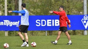 José Luis Mendilibar da instrucciones en un entrenamiento del Eibar.