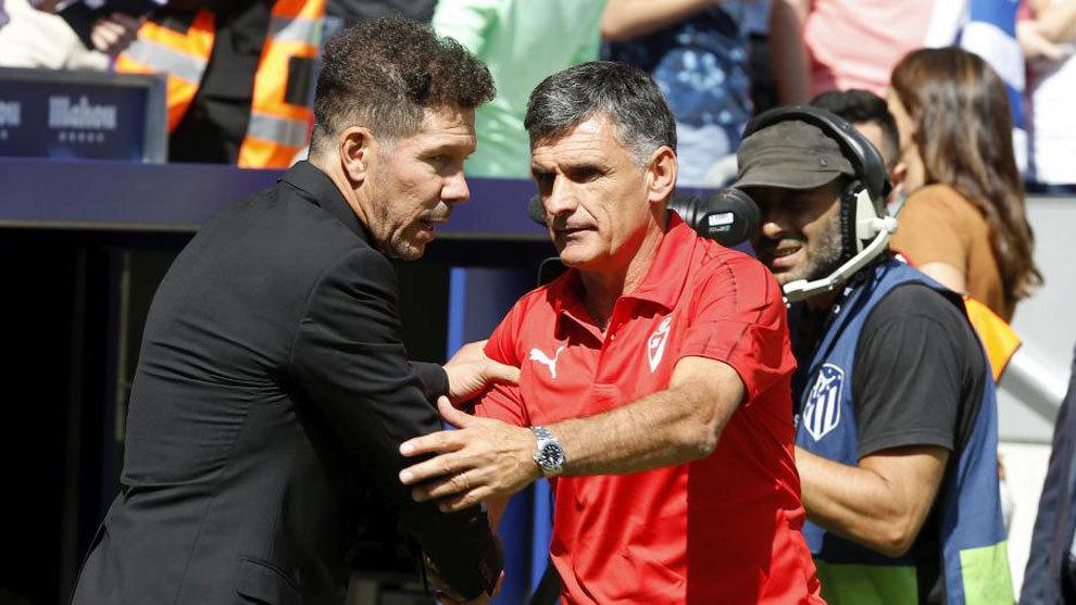 Simeone y Mendilibar se saludan en los prolegómenos del partido de la...