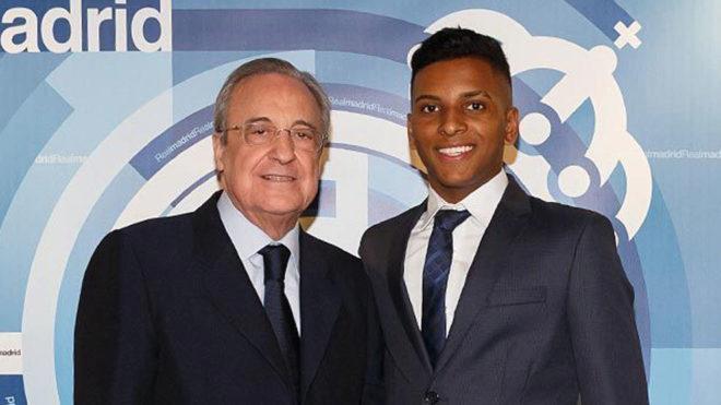 Rodrygo, con Florentino durante su visita a Madrid.