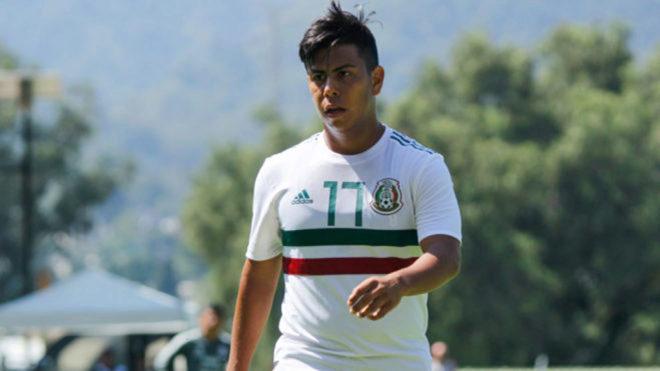 Efrain con la selección mexicana