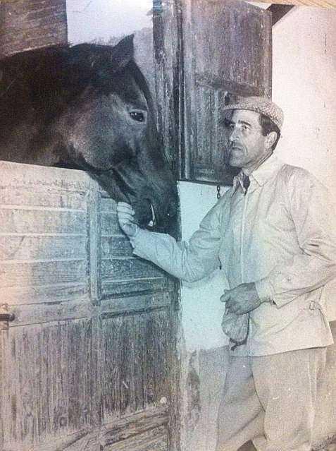 El duque con 'Le Paillon', un semental que tuvo en su yeguada, que fue...