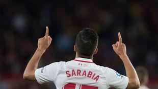 Pablo Sarabia celebra un gol con el Sevilla.