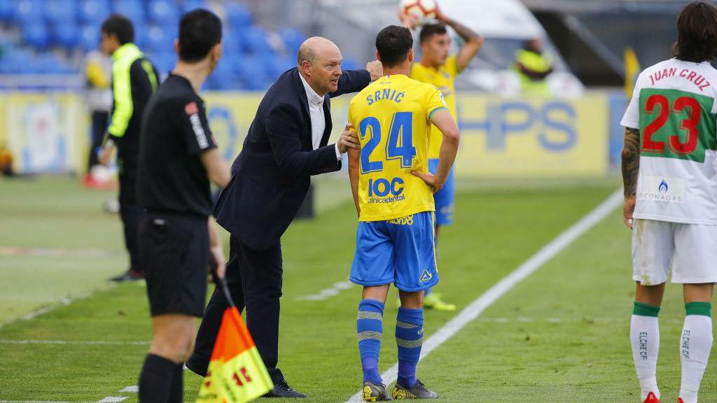 Pepe Mel, dando instrucciones a Srnic en el partido contra el Elche.