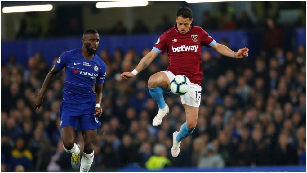 Chicharito, en un partido contra el Chelsea esta temporada.
