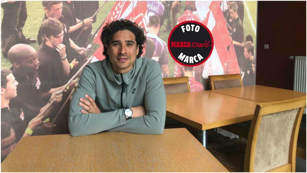 Memo Ochoa posa para MARCA Claro en las instalaciones del Standard de...
