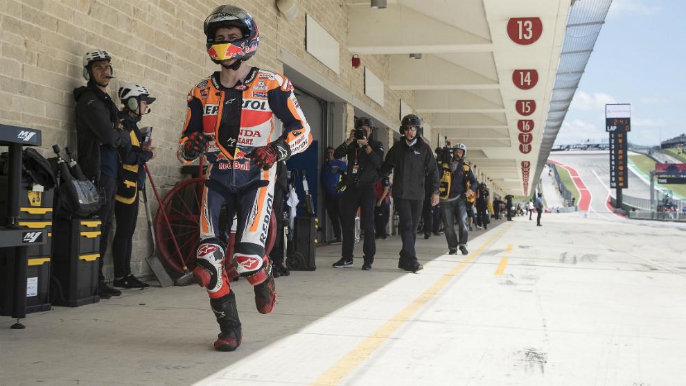 Lorenzo corre, tras salirse la cadena de su moto en la calificación...