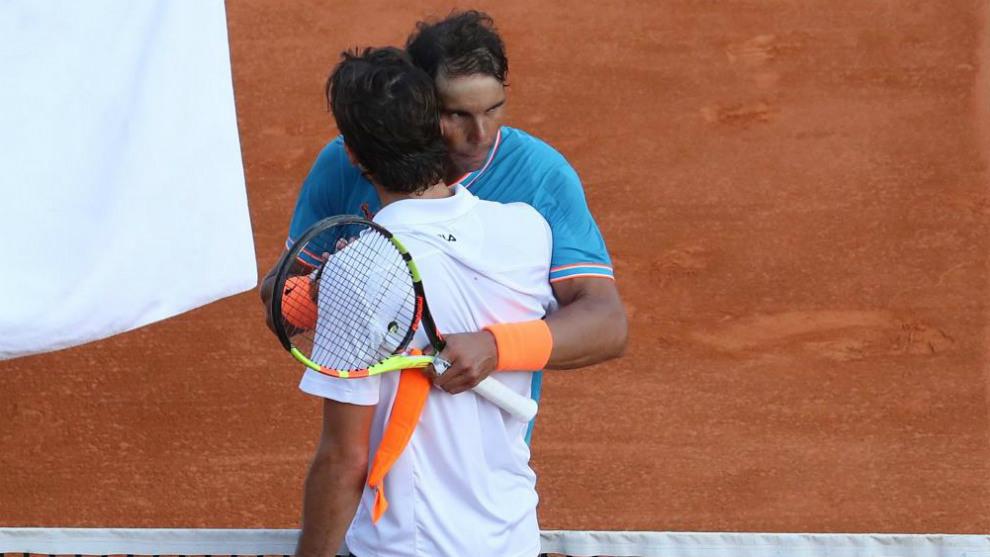 Nadal y Pella se abrazan al final del partido