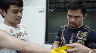 Manny vendando a su hijo