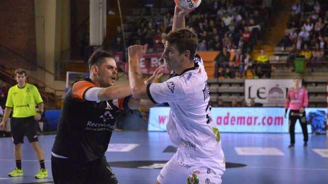 Mosic es defendido por Río en el Ademar-Atl. Valladolid