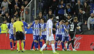 Inui, pese a ser rival, se acerca a consolar a Yoel tras el gol de...