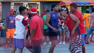 Los aficionados protagonizaron una pelea a las afueras del estadio