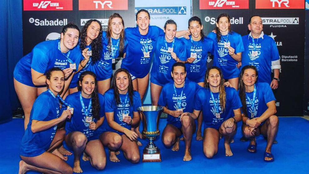 Las jugadoras del CN Sabadell, con el trofeo de campeonas
